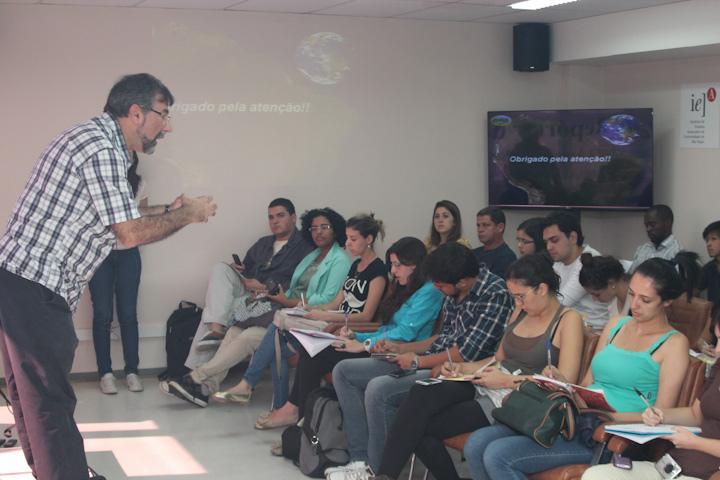 Professor Paulo Artaxo e os estudantes (FOTO: Nivaldo Silva)