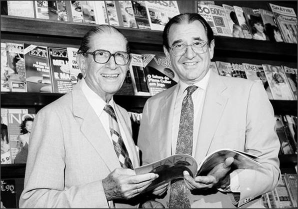Roberto Civita (direita) ao lado do pai Victor Civita em 1990