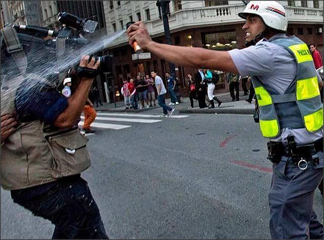 Cinegrafista é atingido por spray de pimenta.