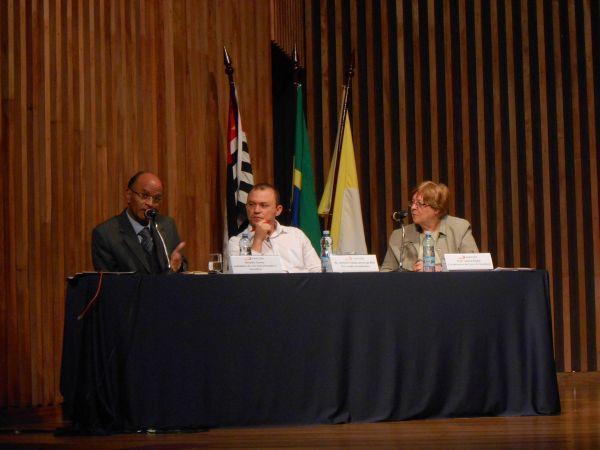 Legenda: Da esquerda para a direita: Rinaldo Gama, Pró-diretor Acadêmico, Pe. Antonio Iraildo Alves de Brito e a Coordenadora do curso de Jornalismo e Professora Joana Puntel. (Renata Asp)