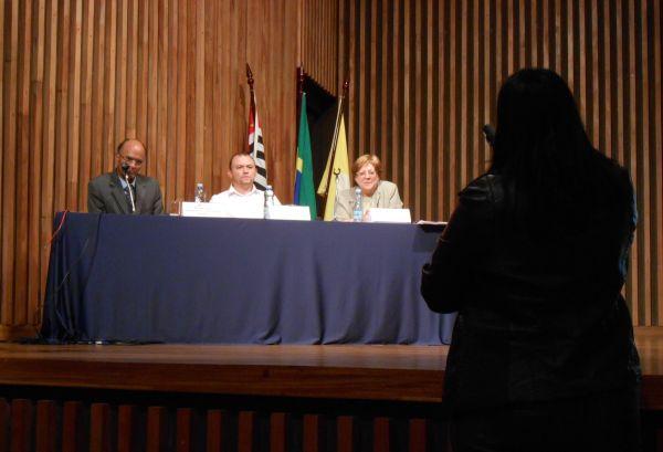 Aluno faz pergunta em microfone aberto ao final da palestra. (Renata Asp)