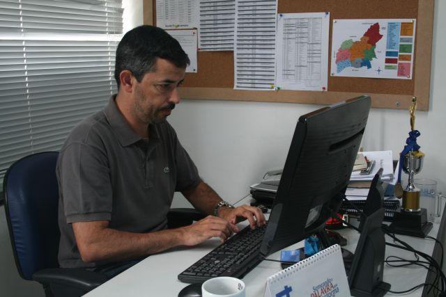 Paulo Manso preparando o editorial do jornal do dia seguinte.