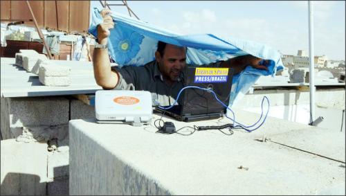 Em 2011, na cidade de Brega (Líbia), transmitindo com um satelital de cima do telhado do hotel. Foto: Arquivo Pessoal