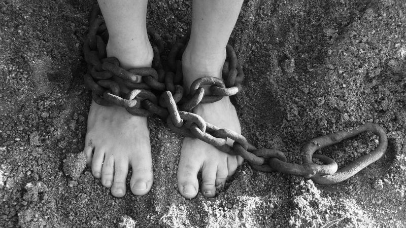 O noticiário reforça a tese de que o que faz um escravo não é a cor de sua pele, mas a maneira pela qual uma pessoa é explorada, transformada em uma mercadoria e vendida ou trocada por objetos. Foto: Pixabay