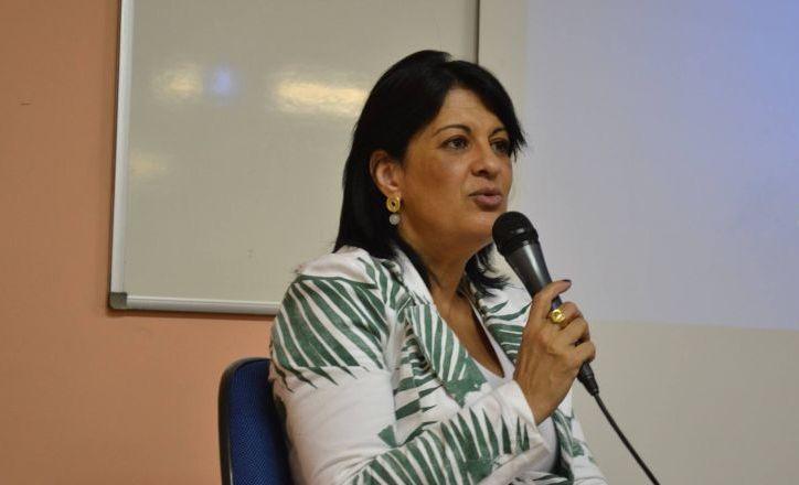 """Com cinco prêmios em jornalismo no seu currículo, Filomena Salemme decidiu """"trabalhar com rádio por amor, assim como dar aulas por amor""""."""
