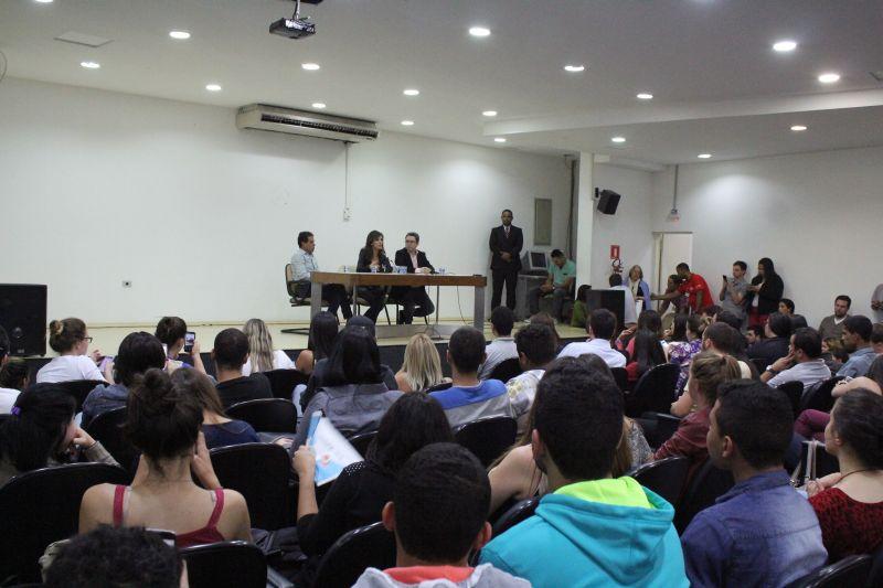 Monalisa respondeu as perguntas dos estudantes de comunicação social presentes no auditório. Foto: Emílio Coutinho