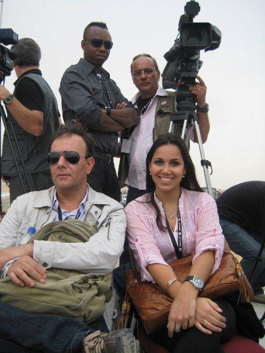 Reunida com a equipe: ao lado do correspondente internacional do SBT, Sérgio Utsch,  durante série de reportagens no Kwait. Foto: Arquivo Pessoal