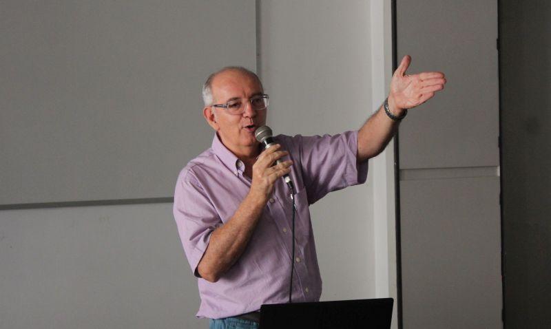 O professor Edvaldo Pereira Lima é o autor do principal livro conceitual de Jornalismo Literário no país – Páginas Ampliadas: O Livro-Reportagem Como Extensão do Jornalismo e da Literatura. (Foto: Emílio Coutinho)