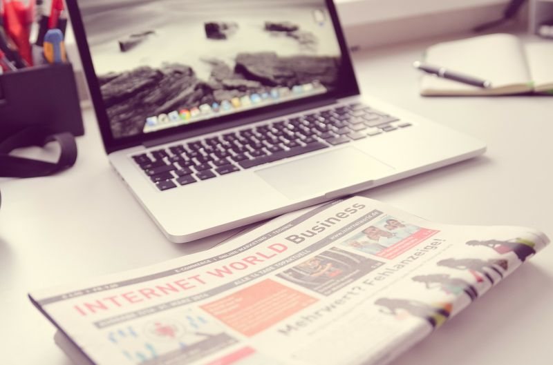 Mesmo já inseridos no contexto digital, leitores tradicionais mantêm o convívio com o jornal impresso até hoje. (Foto: Pixabay)