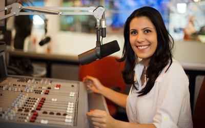 """""""Conseguir ler com olhar e ouvidos de jornalista é super importante"""", aconselha Sheila Magalhães (Foto: Divulgação)"""