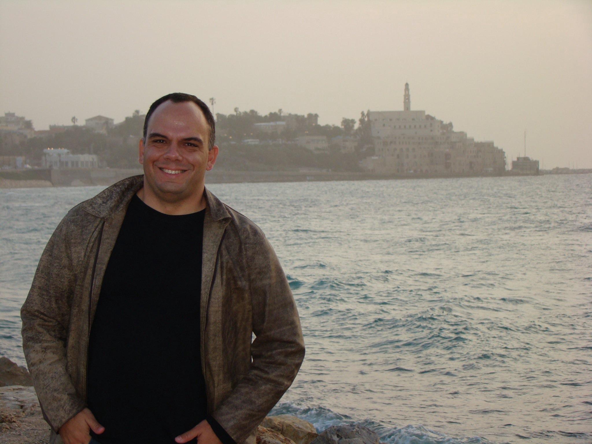 Rodrigo Craveiro em Tel Aviv (cidade de Jaffa ao fundo)