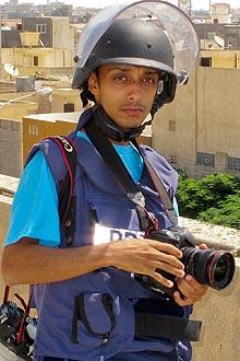 Apu Gomes durante cobertura da guerra na Líbia em setembro de 2011