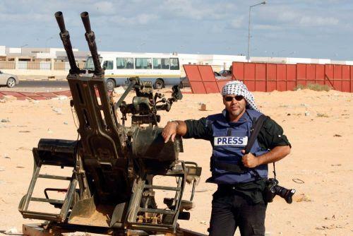 Joel Silva durante cobertura da Primavera Árabe. Foto Arquivo Pessoal