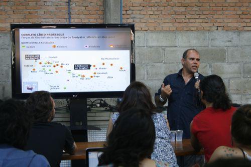 Diante de vários estudantes de jornalismo e fotografia, Joel mostrou os lugares por onde passou. Foto: Emílio Coutinho