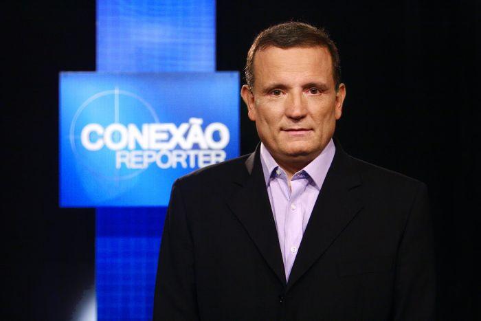Roberto Cabrini apresenta semanalmente o programa Conexão Repórter no SBT.