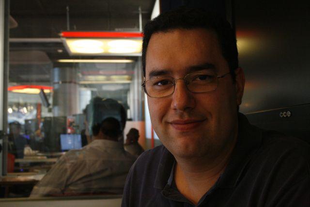 O jornalista Eduardo Barão em sua sala de trabalho. Foto: Emílio Coutinho.