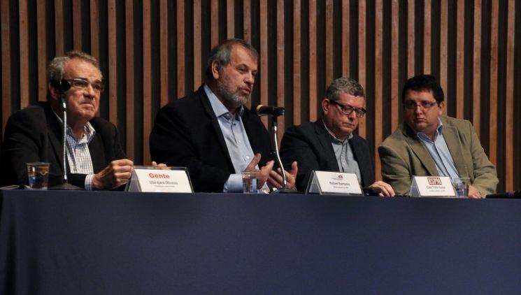 Da esquerda para a direita, Ubirajara Oliveira, Rafael Soares, Caio Túlio Costa e Wagner Belmonte discutem o futuro dos jornais de bairro e a transição para as mídias digitais. Foto: Divulgação.