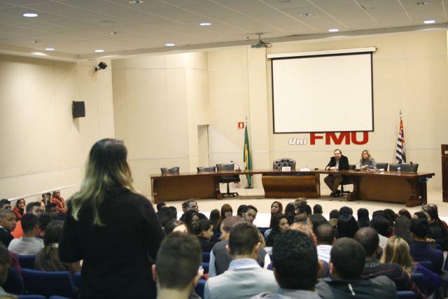 Aluna de comunicação da Fiam Faam faz pergunta para o diretor do Datafolha. Foto: Emílio Coutinho
