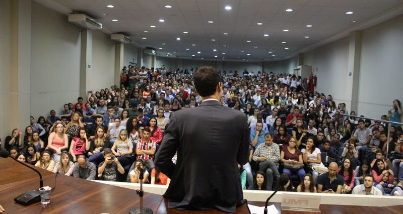 Diante de um auditório lotado, César Tralli tirou as dúvidas dos estudantes sobre o mercado de trabalho jornalístico. Foto: Emílio Coutinho.