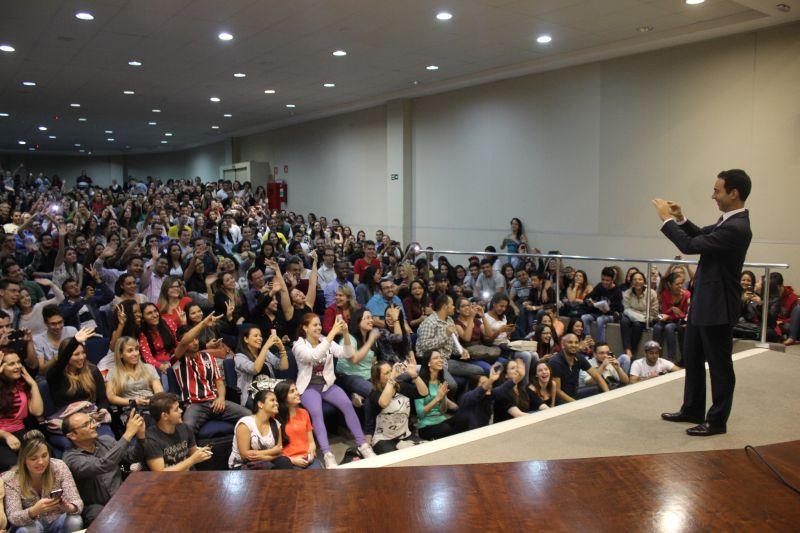 César Tralli fotografa o público presente em sua palestra. Foto: Emílio Coutinho