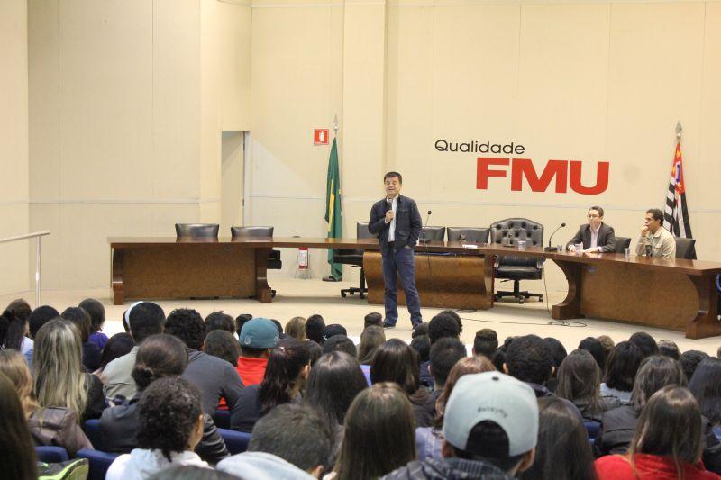 Diante de um numeroso auditório de estudantes de comunicação, Dornelles apresentou seu ponto de vista sobre a imprensa brasileira. Foto: Emílio Coutinho