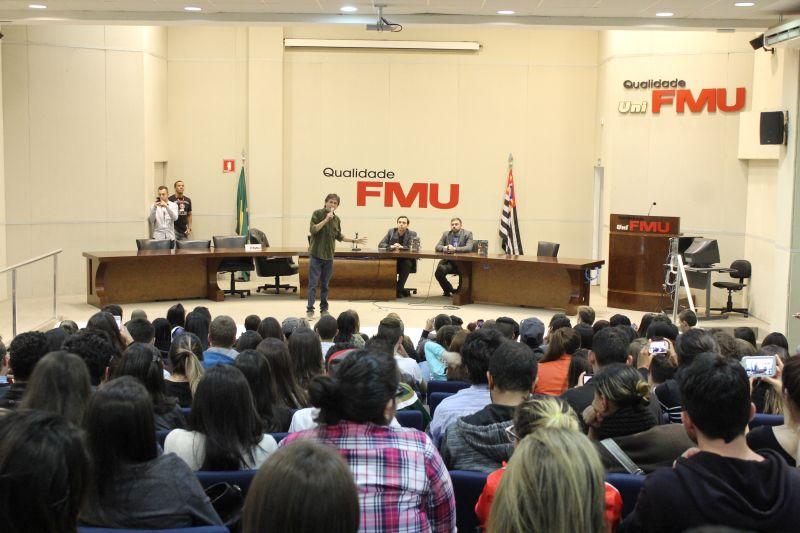 Diante de um auditório repleto de estudantes de jornalismo, Gérson narrou sua trajetória e deu dicas para os iniciantes na profissão. Foto: Emílio Coutinho