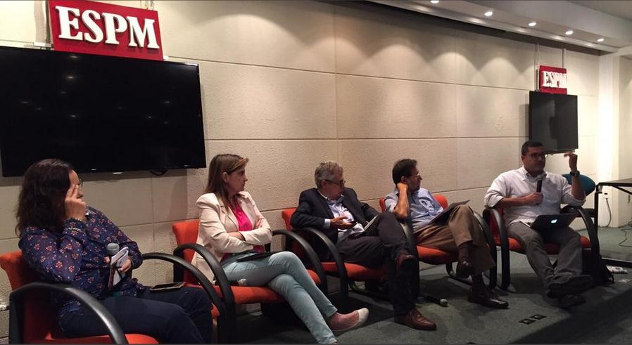 Angelina Nunes, Maiá Menezes, Fernando Molica, Marcelo Beraba e Marcelo Moreira durante o debate. (Foto: Divulgação - Abraji/ESPM)