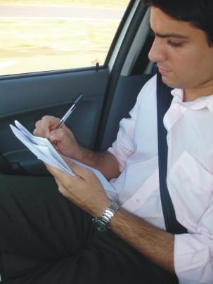 Thiago Moraes escrevendo OFF no carro de reportagem. (Foto: Arquivo pessoal)